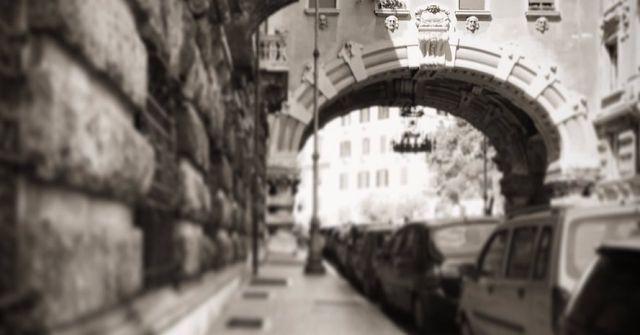 A spasso per Roma in bus... il quartiere Coppedè Il Quartiere Coppedè, così ribattezzato dal suo stesso progettista Gino Coppedè, vede la luce nel primo Novecento durante il Fascismo. Eppure è estremamente distante dall'architettura razionalista de #roma #architettura #turismo