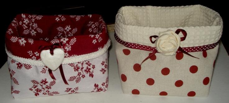 Coppia di cestini in tessuto, decorati con cuoricino in fimo e rosellina di stoffa.