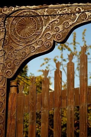 Erdely kapu / Hungarian folk carving on gate in Transylvania