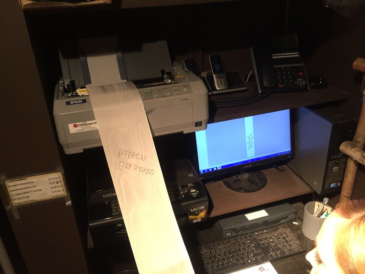 -Hva var du gjort? Fikk innføring i hvordan man printer ut på silkepapir som  brukes til begravelse  -Hvilke teknikker er brukt? Man måtte passe på at det er riktig bånd, 12,5 vanlig str. Man skrev selv inn teksten og ha den så stor dom mulig. -Hvilke materialer er brukt? Silkebånd PC Skriver -Hva gikk bra? Fikk ikke prøvd så kan ikke skrive noe her -Hva har du lært? Jeg har lært at det er fiklete -Hva kunne du gjort annerledes? Igjen gjorde det ikke så vet ikke