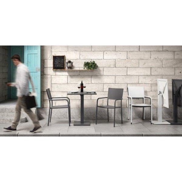 La particolarità di questo tavolo quadrato fisso di piccole dimensioni è il suo piano abbattibile per recuperare gli spazi per i tuoi momenti all'aperto. Sobrio e lineare, si rifà ai tavolini dei bistrò parigini. Semplice e raffinato, pratico, pieghevole, infinitamente comodo da spostare facilmente.