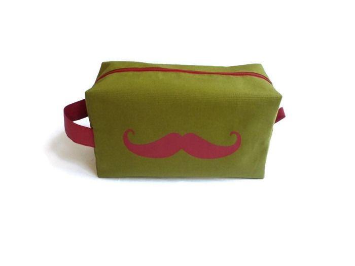 Trousse de Toilette Homme, Ado vert bronze et moustache rouge (grande taille) : Trousses par bleu-papaye