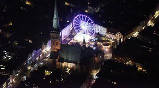 Luftbild-Fotograf Robert Grahn aus Potsdam ist einer der wenigen in Deutschland, die bei Nacht aus dem Flugzeug fotografieren. Jetzt hat er Lübeck abgelichtet.