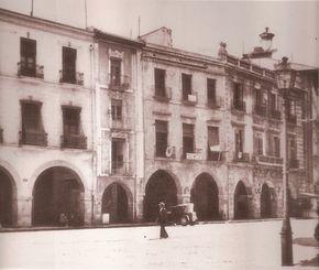 """ALICANTE EN EL RECUERDO: LA CALLE ALTAMIRA ~ Alicante Vivo- Primer plano de los """"porches"""" en 1930. El primer edificio a la derecha era el antiguo Consulado del Mar, utilizado entonces como Audiencia Provincial y que fue destruído tras la explosión de la armería."""