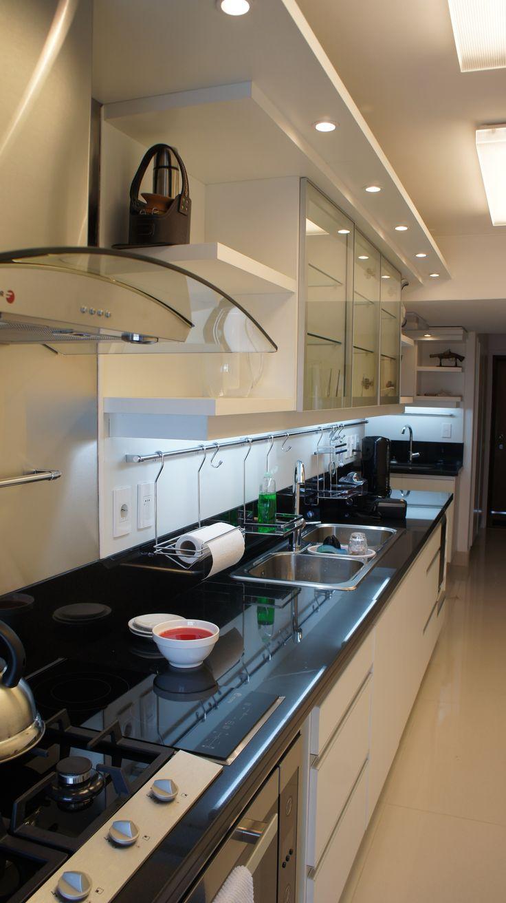 grupo3. cocina blanca con tiradores de aluminio incorporados a la puerta. Mesada en granito negro. Aéreos con puertas de aluminio y vidrio. ..mucha luz !