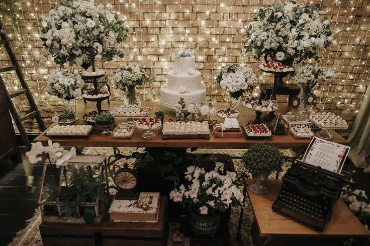 Decoração da mesa do bolo greenery com branco