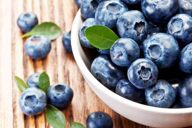 Obst steckt voller Vitamine, enthält aber oft auch viel Zucker. Wir zeigen Ihnen die 20 (frucht)zuckerärmsten Obstsorten.