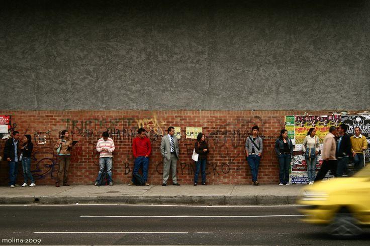Gente esperando bus en Chapinero. Foto de Lucho Molina.