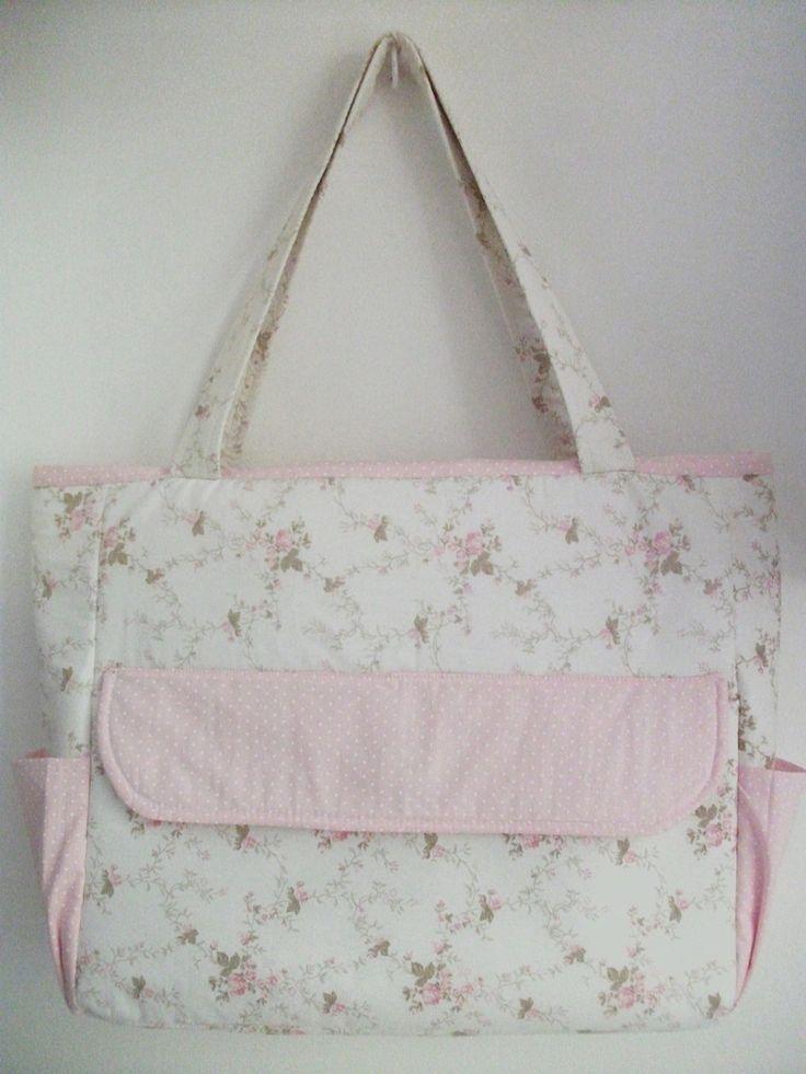 Sacola maternidade feita com tecidos de algodão, alças com 60 cm, forrada com tecido.  Possui bolsos dentro e fora da sacola.  Medidas: 35 largura x 30 altura x 10 profundidade