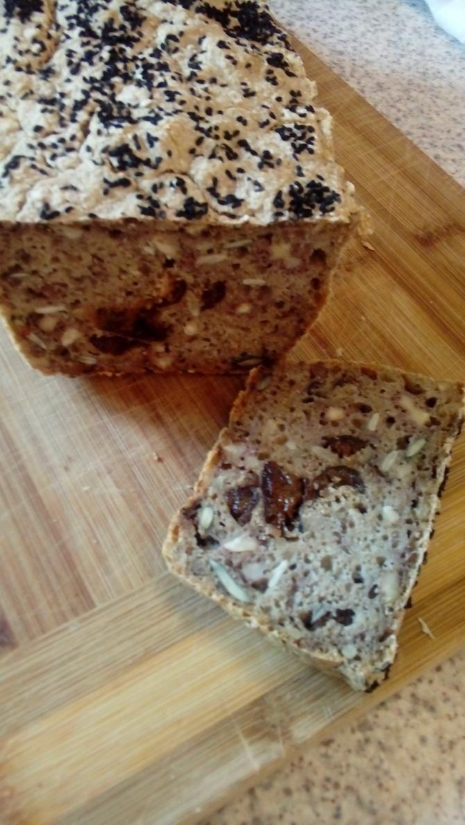 Uwielbiam zapach pieczonego chleba, który rozchodzi się po domu... Ten chleb jest jednym z kilku które piekę na okrągło. Bardzo pożywny, ciężki chleb na zakwasie.