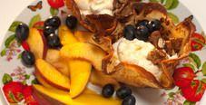 Блинные корзиночки с кремом и фруктами фламбе
