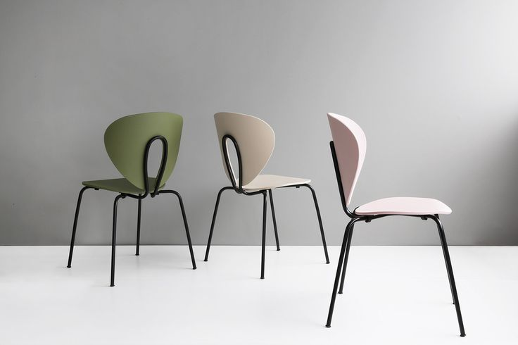 STUA has always been a white colour lover, but this season our production site is full of black frames. And we are loving them! Here you can see the new Globus chairs with sleek black frames. GLOBUS: www.stua.com/design/globus