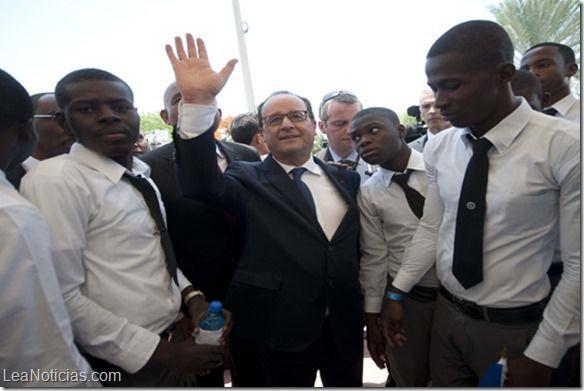Presidente de Francia visita Haití - http://www.leanoticias.com/2015/05/12/presidente-de-francia-visita-haiti/