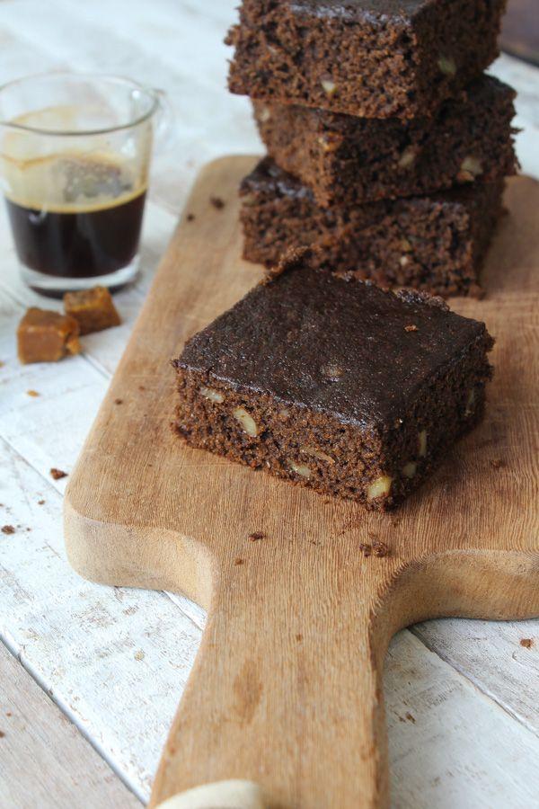 O bolo integral de alfarroba foi feito com farinha de trigo integral, e um substituto um tantinho mais doce para o cacau: a alfarroba.