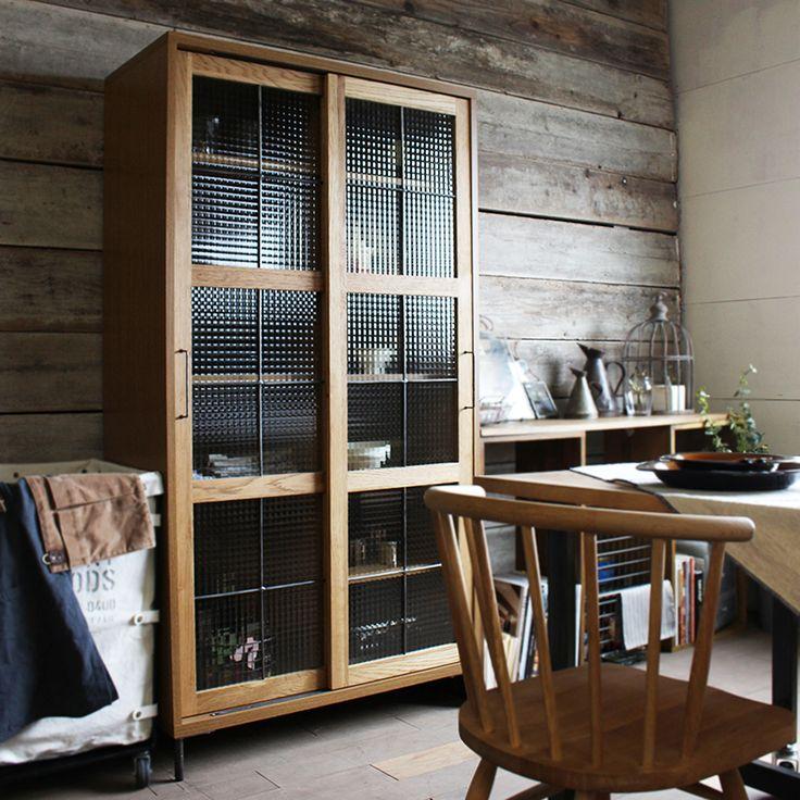 CARGO Slide Free board 90 High-type 89,640yen  食器棚や本棚に求められる要素と言えば、見やすさと収納量。 その〝収納量〟のみに照準を絞った商品で、全商品内でも圧倒的な高い収納量を誇ります。  収納量を損なう小分けする引き出しなど、無駄な要素を省き 扉を開ければ全ての容積が収納になっています。  食器なら4〜5人家族分の食器が1台で全てまかなえ 本棚なら5mm厚A4冊子約450冊(目安)が収納可能。 リビング、キッチンどちらのシーンでも活躍の場があるのは嬉しい要素です。  Jillキッチンボードシリーズと同様、オークブラウンとアイアンとのコンビネーションも特徴のひとつ。 〝レトロなカフェ空間〟のイメージに良く馴染み、より愛着を持ってお使い頂ける様工夫を凝らしました。  VARIATION - バリエーション CARGO Slide Free board(全3種)    SPEC  Size :W900 x D430 x H1700  前板:ホワイトオーク無垢材・ブラウンオイル仕上 脚・取手:アイアン製 ガラス:チェッカーガラス