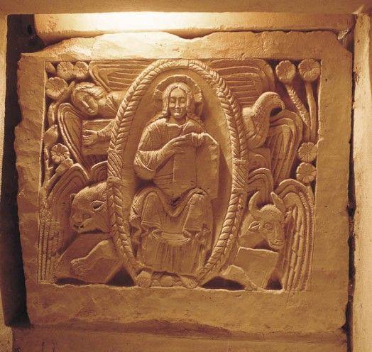 Tétramorphe CRYPTE ST PAUL DE JOUARRE:, Largeur 67cm, Ht:100cm. Datation: 670-680. Au chavet du sarcophage de St AGILBERT, se trouve un tétramorphe en bas-relief. Les sculpteurs du 7°s fixent dans la pierre l'image d'un Christ jeune, en gloire, entouré par les symboles des 4 évangélistes: Matthieu sous la forme d'un homme ailé, Marc sous celle d'un lion, Jean en aigle et Luc en taureau.