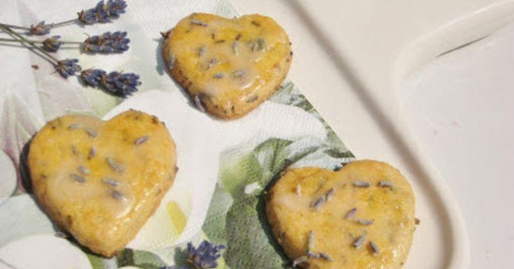 Om alvast in Franse sferen te komen heb ik deze lavendel koekjes gemaakt. Meng de fijngehakte lavendel er gelijkmatig doorheen