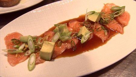 Sashimi - Sterk saus til rå fisk med vårløk og avokado. - Foto: Kristin Mehlum / NRK