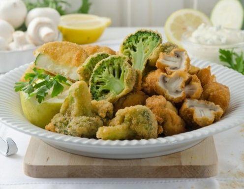 Für das gebackene Gemüse den Brokkoli mit einem kleinen Messer zerteilen, Strunk entfernen und die Brokkoli-Rosen ggfs. halbieren. In etwas
