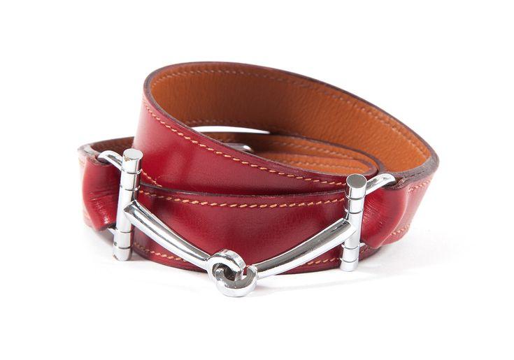HERMES Paris Fine ceinture en cuir bordeaux, fermoir mors en métal argenté palladié. Estimation : 80/100€