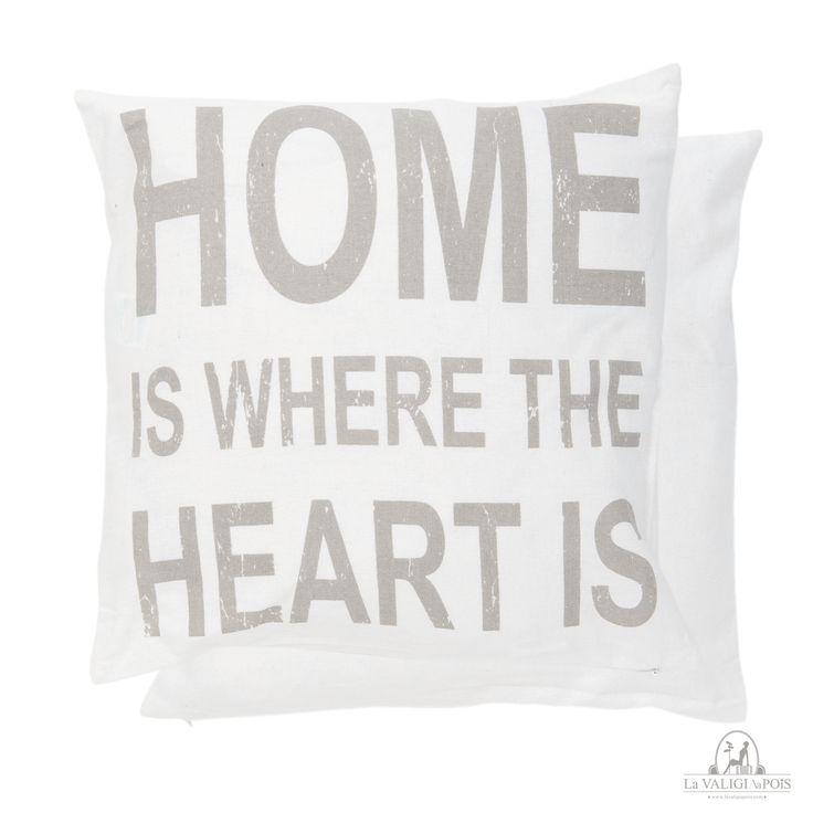 """Federa Home di colore bianco con scritta in grigio chiaro """"Home is where the heart is"""".  Stupenda ed originale da sola e perfetta con altri cuscini grigi o colorati, una marcia in più al solito divano o copriletto."""