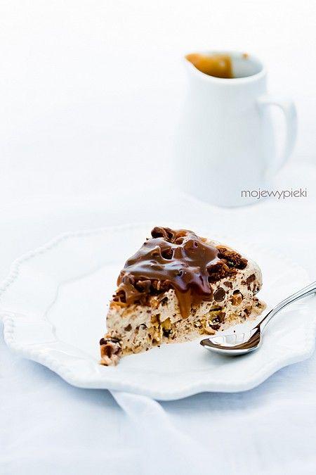 Tort lodowy z czekoladą i sosem toffi