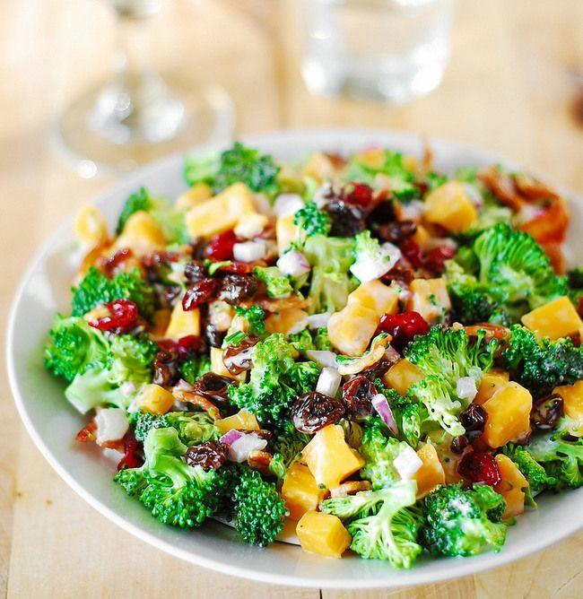 Салат брокколи с беконом, изюмом и сыром чеддер - отличный способ съесть побольше брокколи. У этого салата идеальное сочетание всего: сладкие и острые ароматы, хрустящие овощи и мягкий сыр, соленость и привкус дымка от бекона, свежесть от овощей!