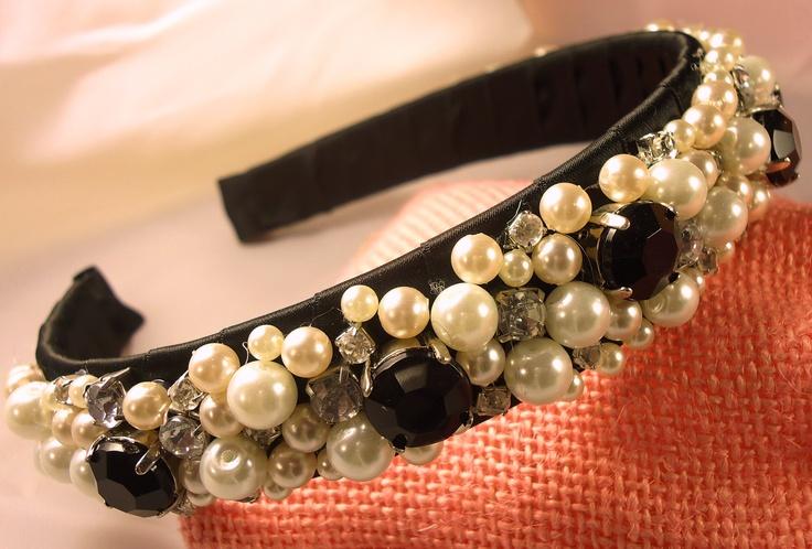 Cerchietto per capelli handmade con perline, brillantini, cabochon su raso nero
