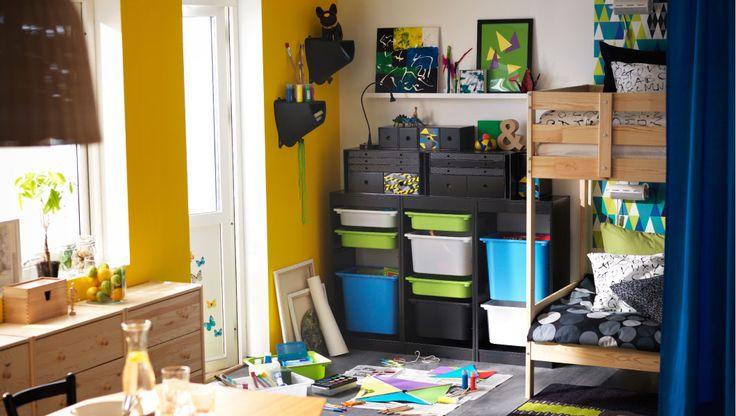 IKEA Kinderzimmer u. a. mit Etagenbettgestell aus Kiefer, EIVOR ORD Bettwäsche-Set weiß/schwarz, TROFAST Regalrahmen in Schwarz mit TROFAST ...