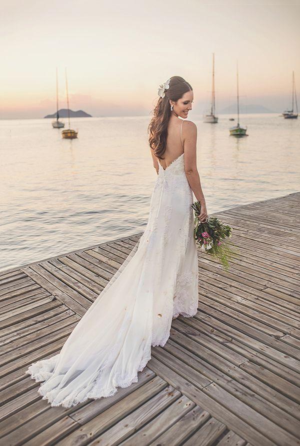 Vestido de noiva de renda com decote nas costas - casamento na praia ( Vestido: Maria Mendes | Foto: Laura Campanhella )