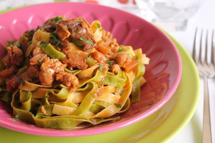 Le tagliatelle paglia e fieno con salsiccia, funghi porcini e melanzane sono uno di quei primi piatti ai quali è impossibile dire di no. Una ricetta semplice e golosissima