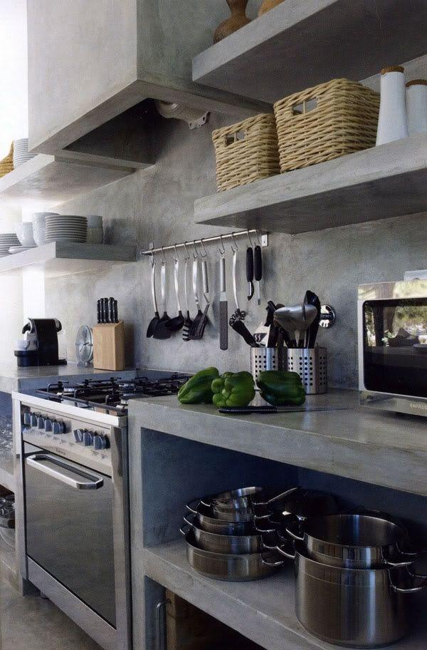 plan de travail  et rangements ouvert en béton: pour sous évier et intégrer lave vaisselle , endroit pour poubelles (fermées) , et rangement pour bouteilles et conserves.