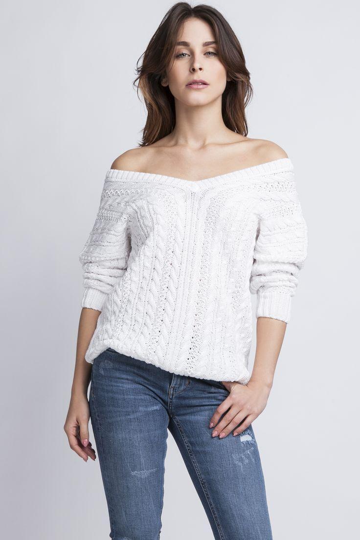 Modny sweter w warkocze, ecru z szerokim dekoltem opadającym z ramienia.  http://besima.pl