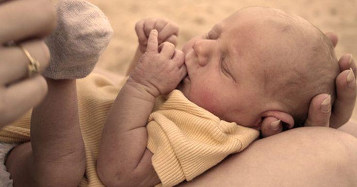 """Como combater a tendinite de uma mãe com bebê recém-nascido. Geralmente chamada de """"tendinite de mãe"""", a tendinite de Quervain é causada por movimentos repetitivos da mão ou do punho, como levantar o bebê. Isso ocorre quando os tendões ao redor da base do polegar incham, ficam irritados ou constritos, causando dor e sensibilidade ao longo da lateral do punho. A dor normalmente é mais severa ao agarrar, ..."""