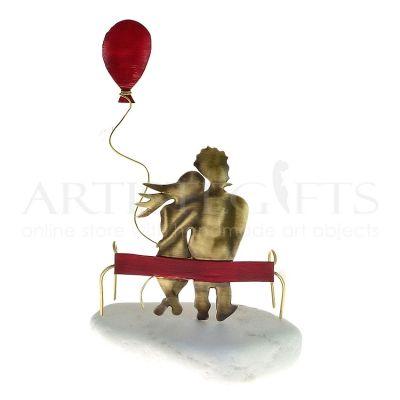 Ζευγάρι Αγκαλιασμένο Σε Παγκάκι  Με Κόκκινο Μπαλόνι Μεγάλο artistegifts επιχειρηματικά δώρα