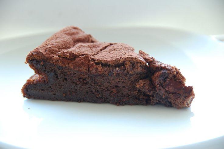 Blødende chokoladekage er også kendt som en Gateau Marcel, og der er tale om enestående lækker kage. Men den er utrolig nem at bage – og resultatet begejstrer. Og så er den glutenfri. Blødend…
