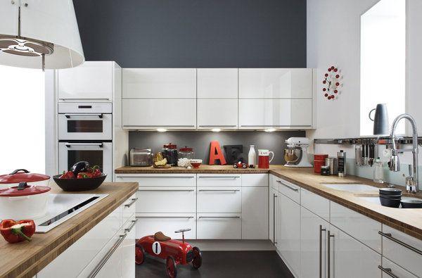 Elizabeth Leriche s'est vue proposer par Darty, de créer trois ambiances pour une seule et même cuisine. Avec un style industriel dans l'esprit du loft, cette cuisine joue sur le contraste des couleurs sombres, rehaussées par le rouge des accessoires pour