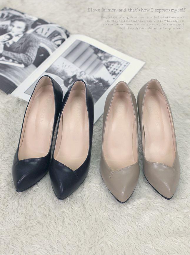 발등 부분의 커팅 디자인이 매력적인 심플한 펌프스 < 티파니 하이힐 > 이 신발은 특히! 발바닥이 너~무 푹신하게 나와서 정말 강추해요~! 색상도 가장 베이직한 블랙과 베이지라 두가지 모두 활용도 만점!! 포인트로 발등 부분의 비대칭 커팅이 신었을 때 밋밋하지 않고 스타일을 더해준답니다~   바로가기 : http://bit.ly/WSH0007