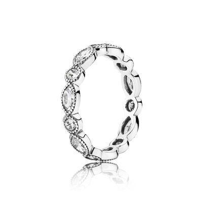Dieser wunderschöne PANDORA Ring aus Sterling-Silber erhält durch abwechselnd angeordnete Schmucksteine im Marquise- und Brillant-Schliff eine faszinierende geometrische Wirkung, die dem klassischen Eternity-Modell einen ganz neuen Touch verleiht. Sichere Dir dieses Schmuckstück jetzt, indem Du hier im eSTORE online bestellst.