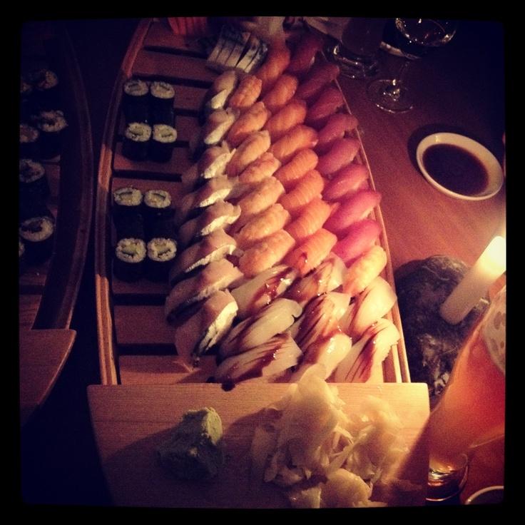 Barca di Sushi e Sashimi al Sushi+Soul, Monaco di Baviera