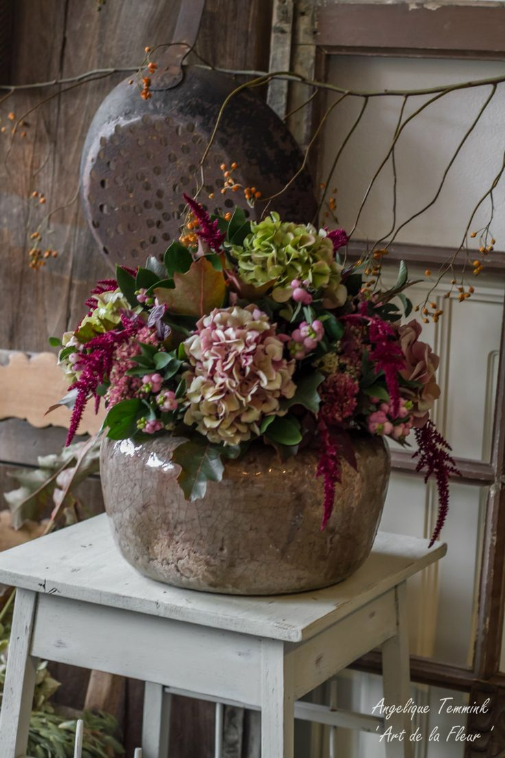 Onderwerp 2 -  Grof gestoken stuk met hortensia's , appeltjes etc etc.. Deze keer erg mooi op een grote schaal of een wat lagere pot mooi laag gestoken. Herfstkleurig. Meenemen : Grote schaal of lage pot. Kosten 22.50 Euro.