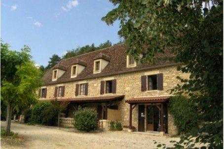 Située au coeur de la Vallée de la Dordogne à proximité du charmant village de Saint Cyprien, cette propriété dispose d'un emplacement géographique stratégique pour une activité touristique. Elle offre une partie principale et indépendante   d'environ 130 m² et de 5 gîtes de 28 à 60 m2 pouvant accueillir de 2 à 6 personnes dans une grande bâtisse en pierre du pays. Le terrain de 1,4 Ha est agrémenté de deux piscines.