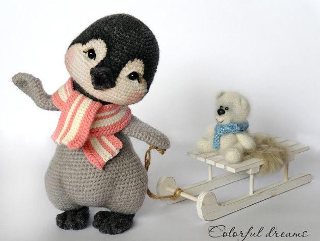 """Das Pinguin Mädchen Lina kommt von dem Südpol zu uns. Sie bringt ihr Kuscheltier, den """"weisen Bär"""" mit. Zusammen haben die viel Spaß, aber am liebsten fahren die zwei mit dem Schlitten die..."""