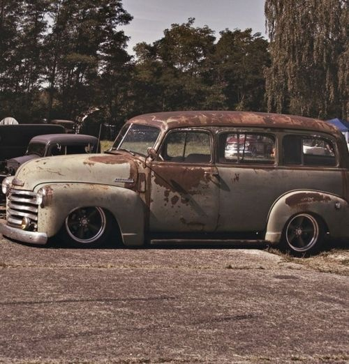 love the patina on this old car