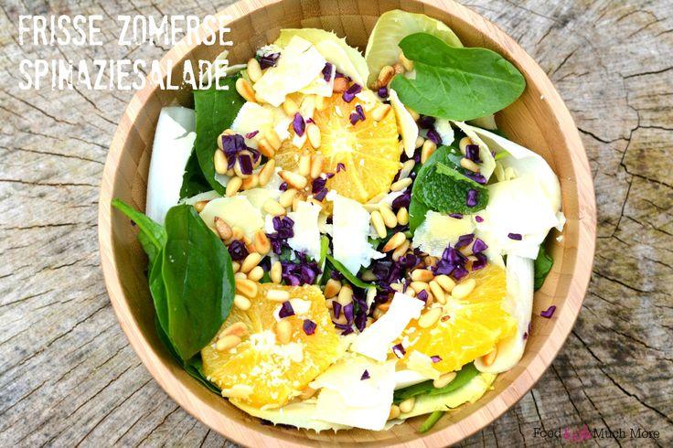 Spinaziesalade met munt sinaasappel rode kool pijnboompitten witlof parmezaanse kaas en een lekker dressing! Recept van foodensomuchmore.nl