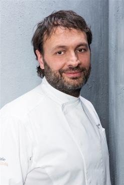 """Ugo Alciati, classe 1960, nato a Costigliole (Asti), praticamente cresciuto al ristorante dove già da bambino """"giocava"""" con mamma Lidia nelle cucine di Guido. Oggi è ai fornelli di """"Guido Ristornate"""" a Serralunga d'Alba"""