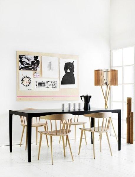 Massief beuken stoel voor Hay J104 chair, een heruitgave van Jørgen Bækmark's ontwerp uit de jaren '60 voor een deens meubelmerk. Hier in gezeept beuken aan een zwart gebeitste tafel met witte planken vloer. www.houtmerk.com