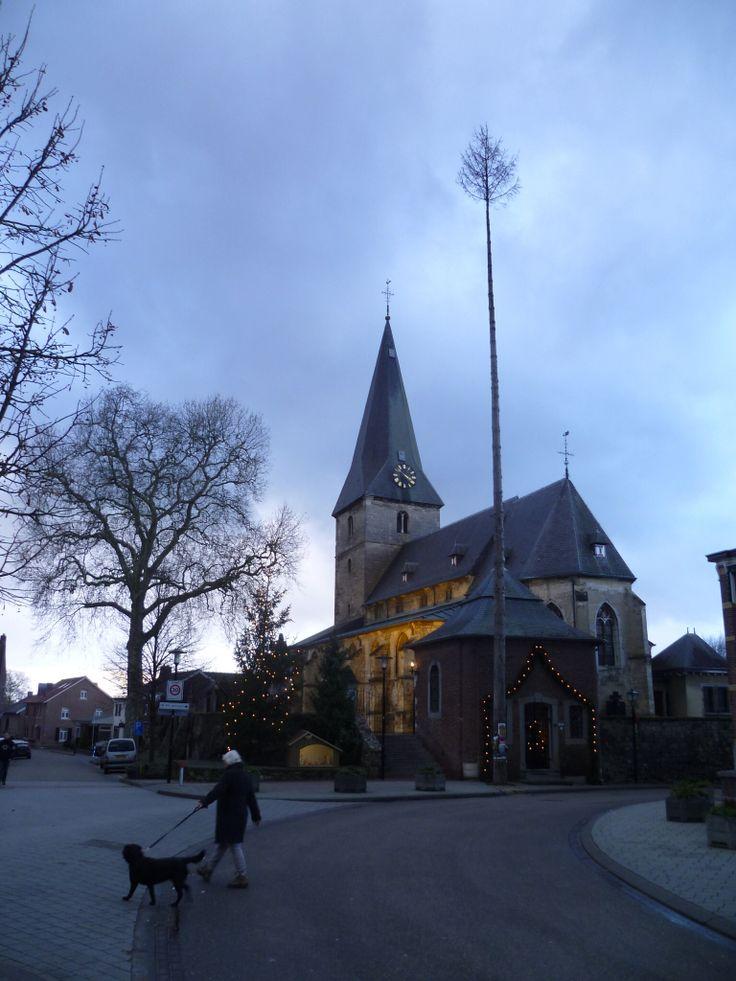 2014-01-02 De kerk van Noorbeek met St. Brigidaboom