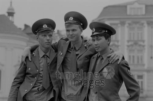 NVA-Soldaten, 1980er Jahre fraenkie/Timeline Images #80er #80s #GDR #DDR #NVA #Kameradschaft #comradeship #Freunde #friends #bestfriends #bff #Freundschaft #friendship #trust #Vertrauen #Kameraden #Uniform