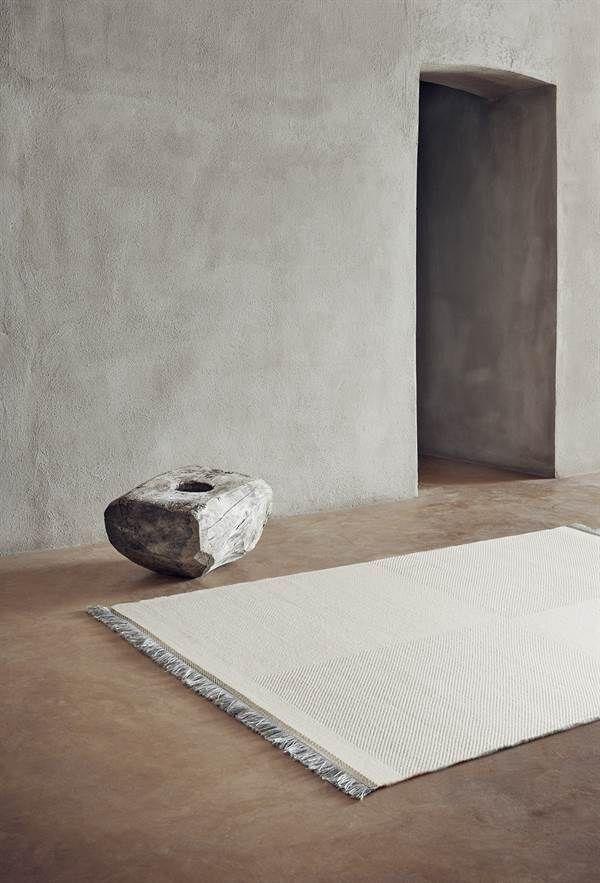Store | Linie Design - Vackra mattor i alla färger, typer och storlekar Linie Design är ett skandinaviskt varumärke som utvecklar exklusiva mattor med innovativ design, vävda i Indien för hand enligt hantverksmässiga traditioner. Linie Design's vackra mattor och väldesignade mattkollektioner finns i många olika utföranden; allt från handtuftade varianter i hampa till luddfria ryamattor, handknutna dörrmattor i silke till äkta kohud från Brasilien – alltid omsorgsfullt tillverkade av högsta…